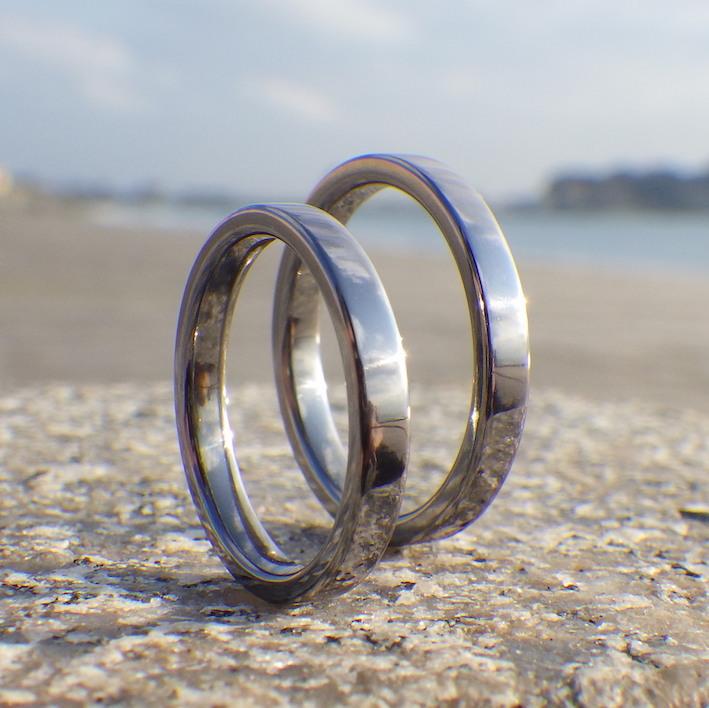 シンプルな平打ちだからこそ素材の美しさが映えるタンタルの結婚指輪 Tantalum Rings