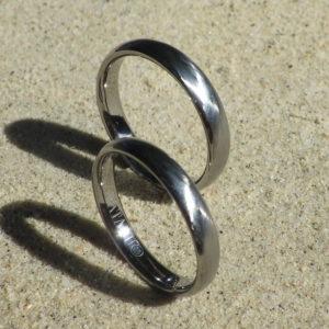 光の反射が美しい綾目ヘアライン仕上げ・ハフニウムの結婚指輪 Hafnium Rings