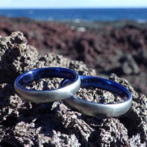 ハフニウムのロイヤルブルー発色が美しい結婚指輪 Hafnium Rings