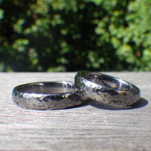 陽の光をばらまく美しい鎚目仕上げ・タンタルの結婚指輪 Tantalum Rings