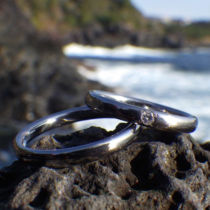 黒く澄んだタンタルに、ダイヤモンドの真白な輝きの結婚指輪 Tantalum Rings