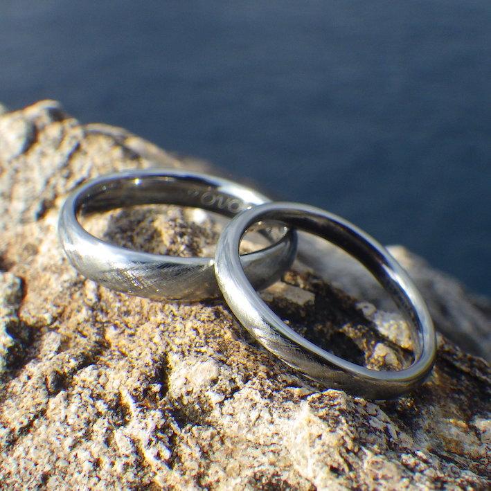 美しさと実用性を兼ね備えた綾目ヘアライン仕上げ・ハフニウムの結婚指輪 Hafnium Rings