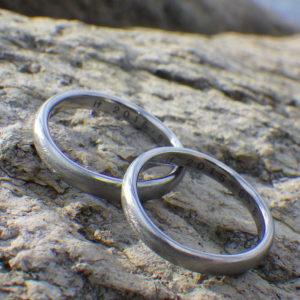 ゆったりウェーブが美しい!ハフニウムの結婚指輪 Hafnium Rings