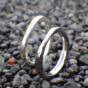 メビウスの輪+鎚目仕上げ・タンタルとシルバーのペアリング Tantalum & Silver Rings