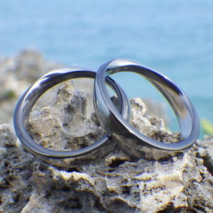 ジルコニウムの黒色が冴えたメビウスの輪の指輪 Zirconium Rings