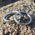 荒らし鎚目仕上げと8枚花弁の彫刻・ハフニウムの結婚指輪