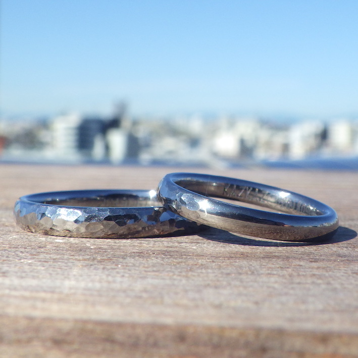 タンタルの鎚目仕上げと鏡面研磨仕上げ両方を楽しめる結婚指輪