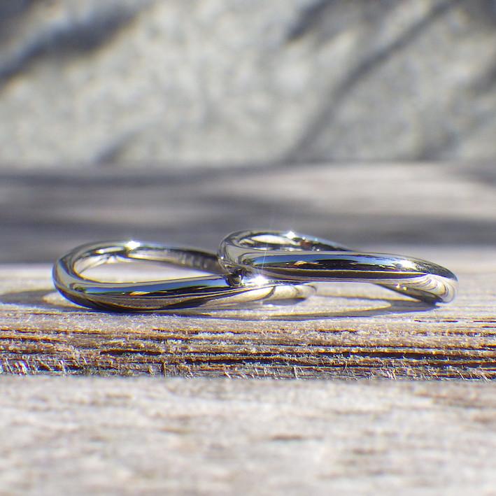 見る方向によって無限大♾にもS字にも見えるウェーブ・ハフニウムの結婚指輪