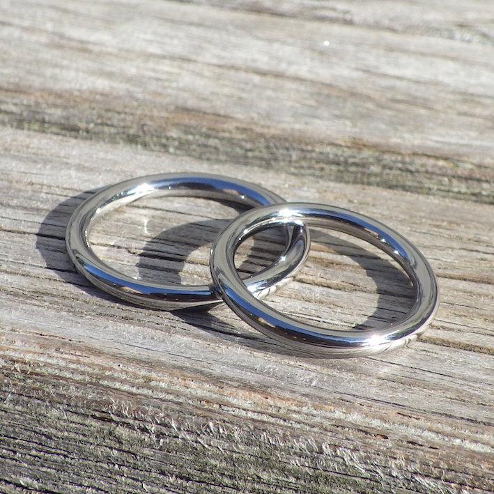アトピー性皮膚炎の彼と一緒に着けられるタンタルの結婚指輪