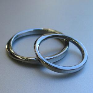 着け心地がいい!メビウスの輪・ハフニウムの結婚指輪 Hafnium Rings