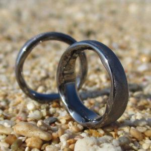 リング内側に特徴的な彫刻・タンタルの結婚指輪 Tantalum Rings
