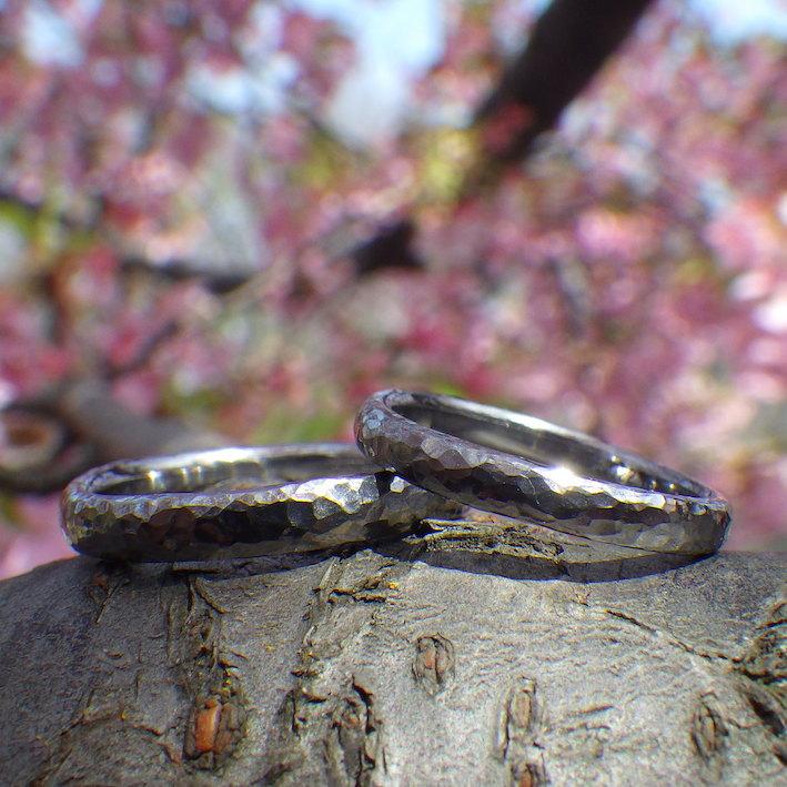 ゆるやかウェーブに鎚目仕上げ・タンタルの結婚指輪 Tantalum Rings