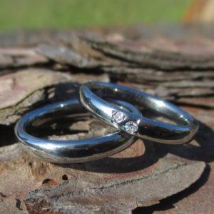 ダイヤモンドを2つ彫り留め・ハフニウムの結婚指輪 Hafnium Rings