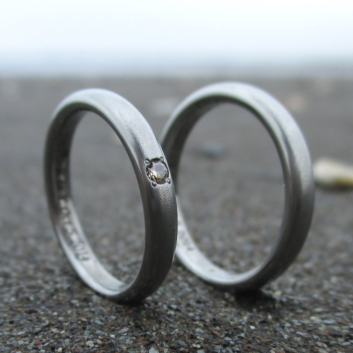 ブラウンダイヤモンドが美しいハフニウムの結婚指輪 Hafnium Rings