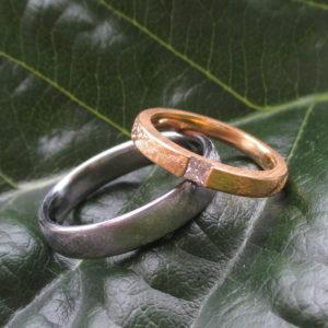 プリンセスカットダイヤモンドを留めた美しい結婚指輪 YellowGold & Hafnium Rings