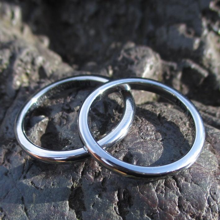 細身で肌になじむ着け心地のハフニウムの結婚指輪 Hafnium Rings