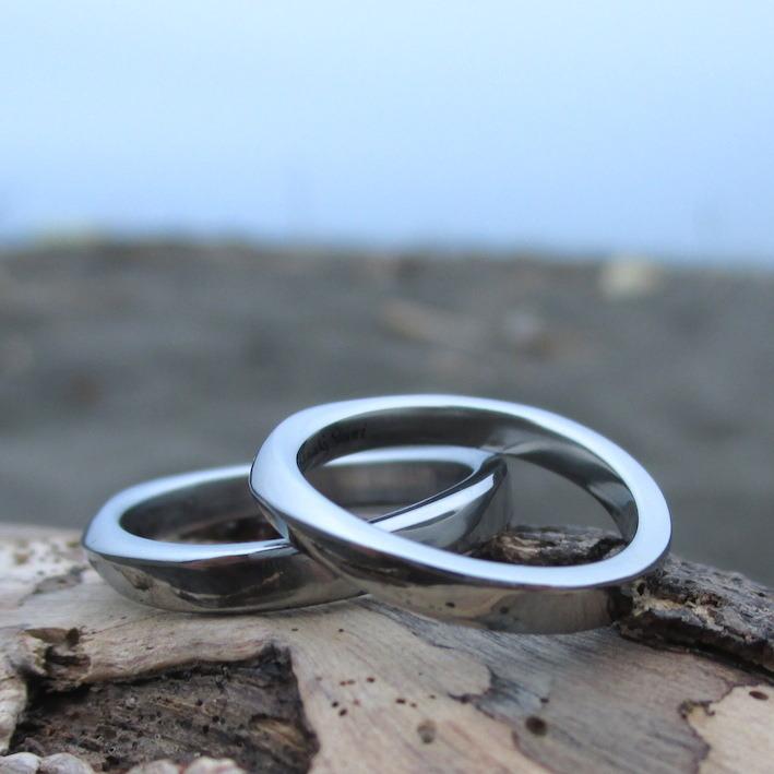 柔らかな曲線が美しいハフニウムの結婚指輪 Hafnium Rings