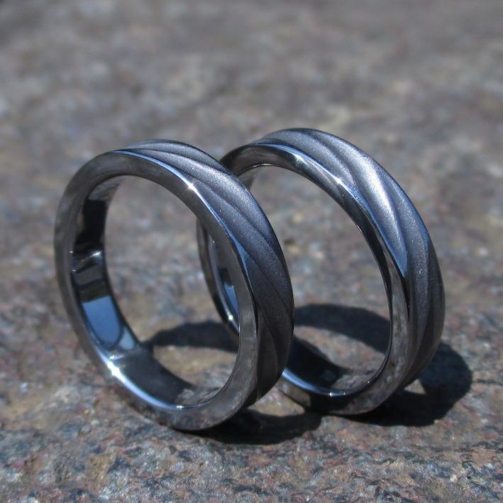 ふたつでひとつ・羽の彫刻のタンタルの指輪 Tantalum Rings