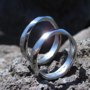 ハフニウム素材を使ったメビウスの輪のペアリング Hafnium Rings
