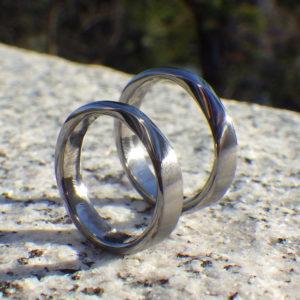タンタルリングにハフニウムの三日月象嵌 Tantalum Rings