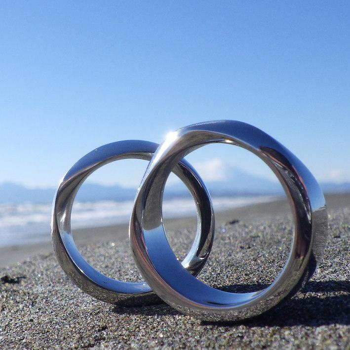 左回転と右回転の対のメビウス・イリジウムのツインリング Iridium Rings