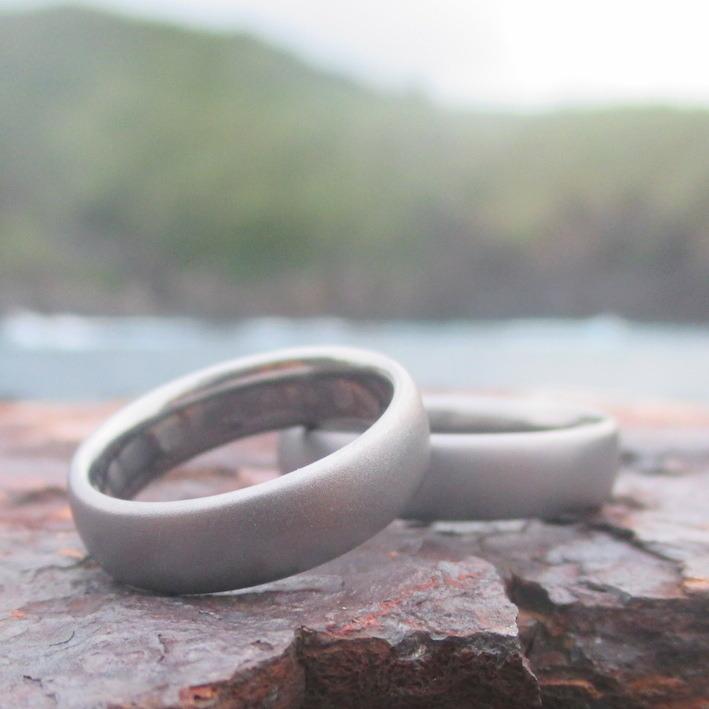 シンプルで素材の良さを活かしたタンタルの結婚指輪 Tantalum Rings