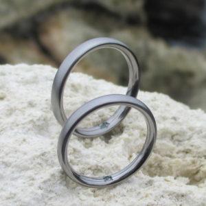 タンタルとアレキサンドライトの美しい色合わせ Tantalum Rings