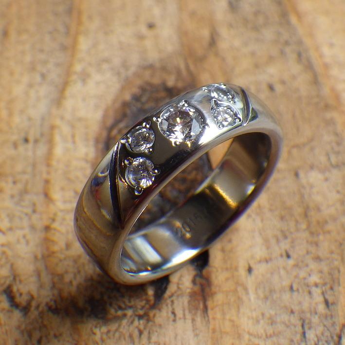 金属アレルギーの彼女のための婚約指輪 Hafnium Ring
