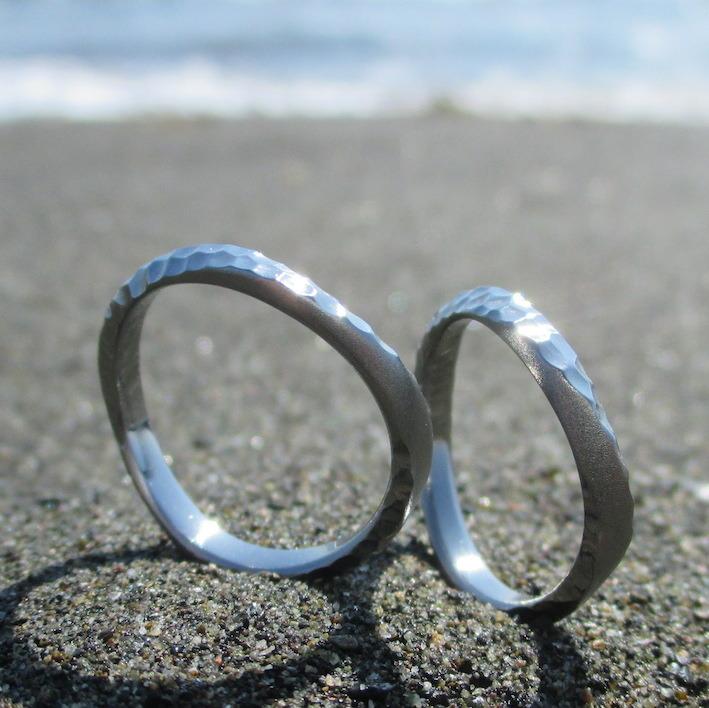 輝く海面のような鎚目仕上げ・ハフニウムの結婚指輪 Hafnium Rings