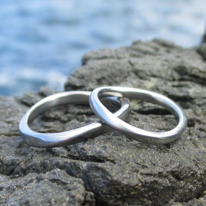 柔らかい揺らぎのデザイン・ハフニウムの結婚指輪 Hafnium Rings
