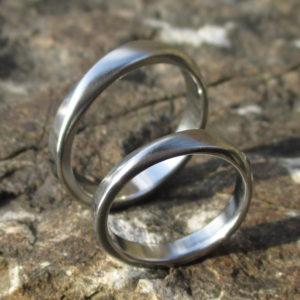 2つのリングは相似形・ハフニウムの結婚指輪 Hafnium Rings