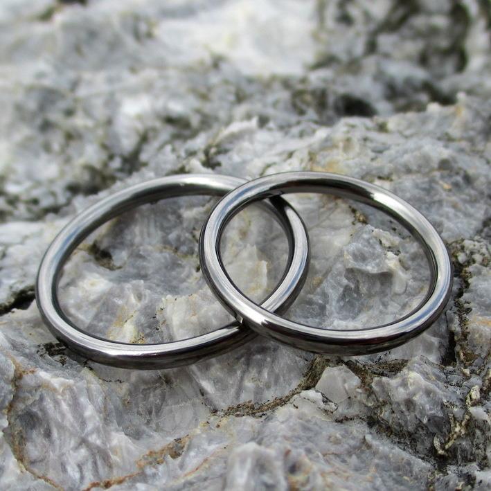細身でシンプルなタンタルの結婚指輪 Tantalum Rings