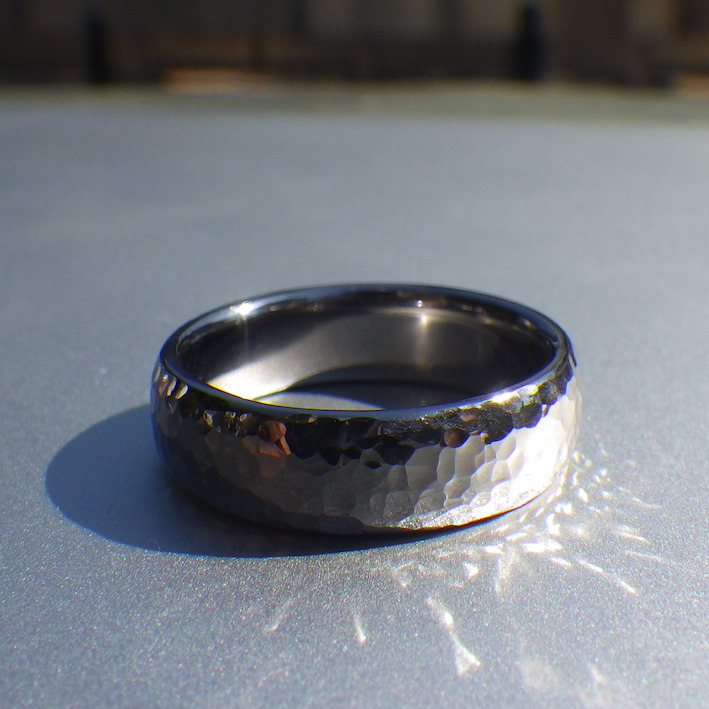 圧倒的な存在感・タンタルの鎚目リング Tantalum Ring