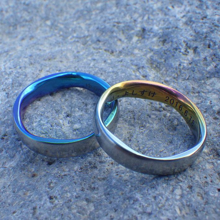 グラデーション発色が美しい5枚花弁の彫刻・ジルコニウムの結婚指輪