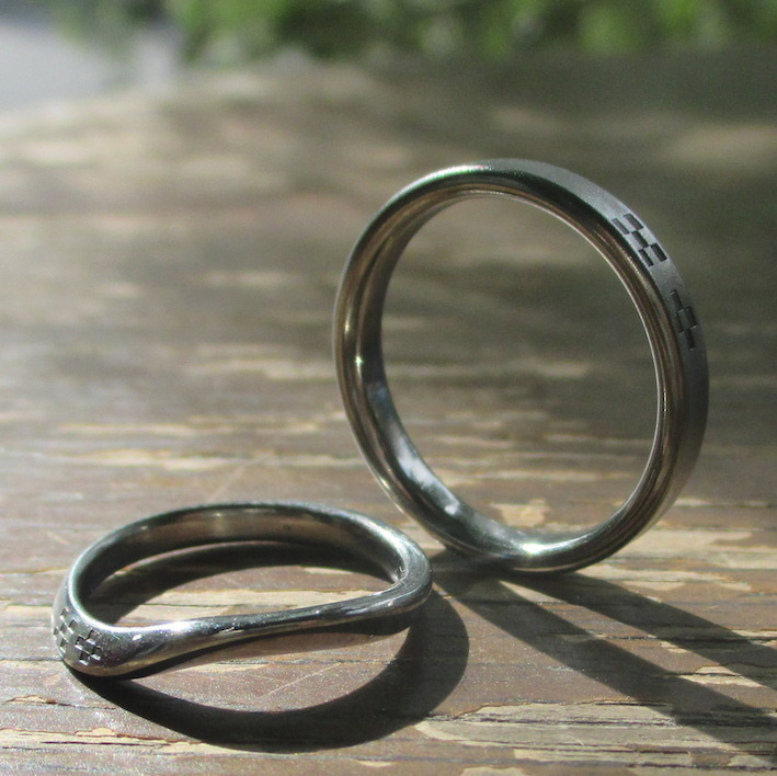 ミンサーの刻印が美しいハフニウムの結婚指輪 Hafnium Rings