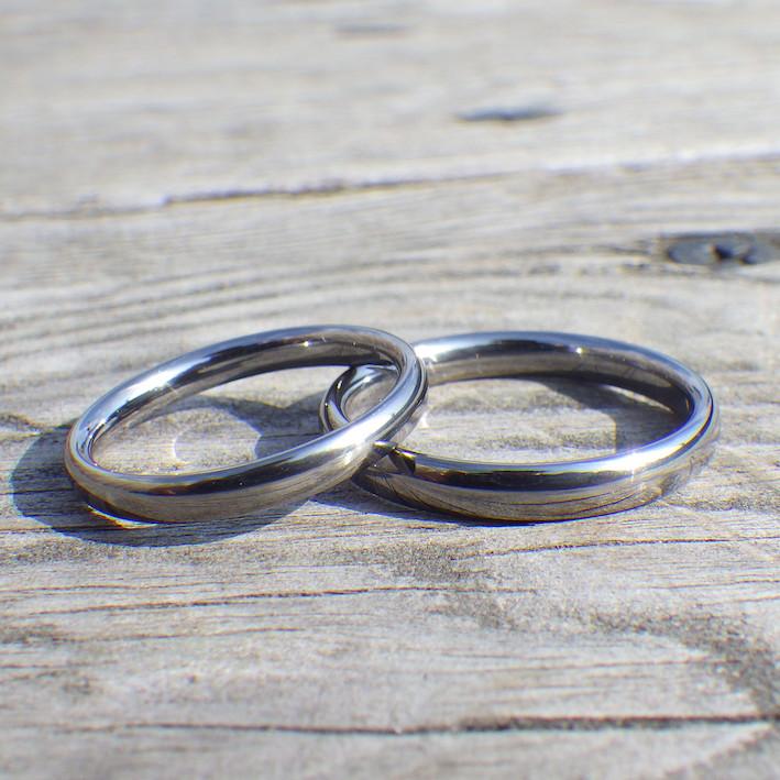 金属アレルギーの彼女のために安心のタンタル素材で作った結婚指輪