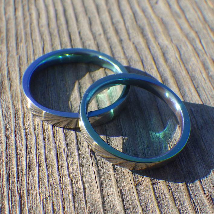 トロピカルグリーンに輝くジルコニウムの結婚指輪