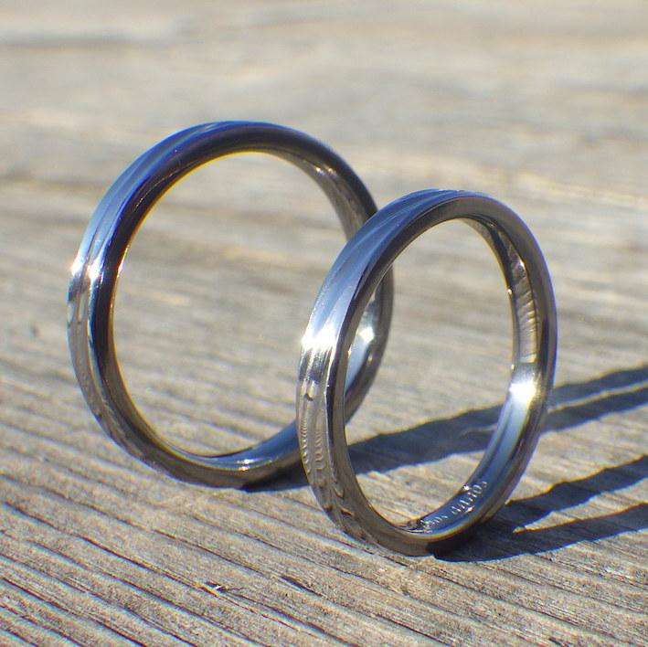 お揃いの波の彫刻を削り出して制作したタンタルの結婚指輪