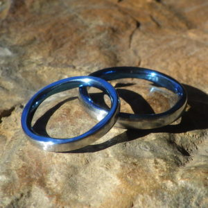 ロイヤルブルーの5枚花弁のデザイン・ハフニウムの結婚指輪