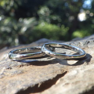 メビウスの輪のデザインを、全体的に丸みを帯びたアレンジ・ハフニウムの結婚指輪