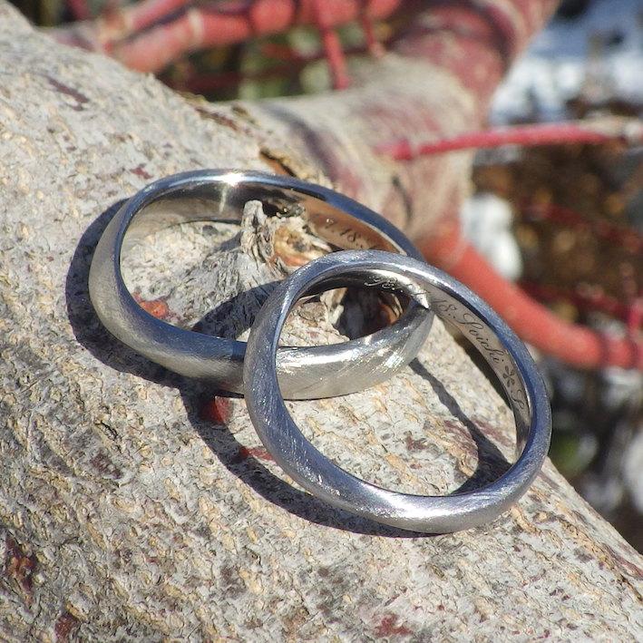 タンタルとチタンのペア・柔らかい曲線に綾目ヘアラインの結婚指輪