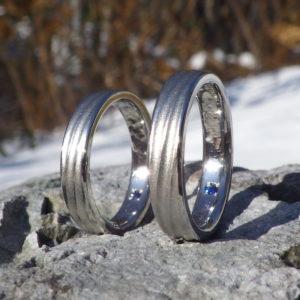 イリジウム割プラチナとブルーサファイアの色合わせが美しい結婚指輪