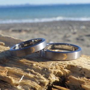 質実剛健な象嵌の意匠・ 金の三日月が輝くタンタルの結婚指輪