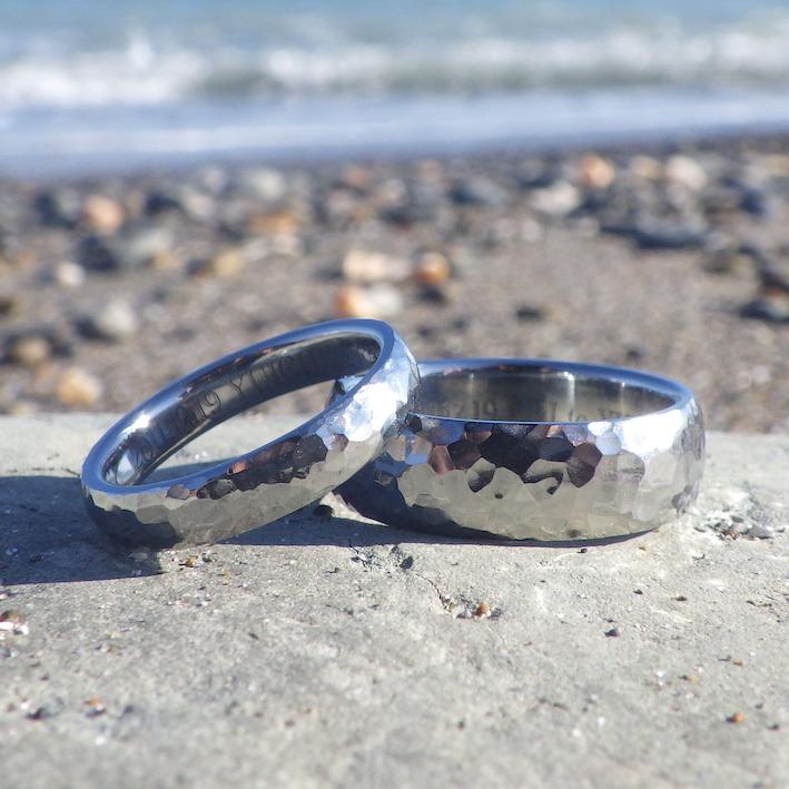 繊細で大胆な鎚目仕上げ・ハフニウムの結婚指輪