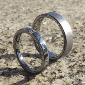 プリンセスハグセッティングを、よりスマートにアレンジ・タンタルの結婚指輪