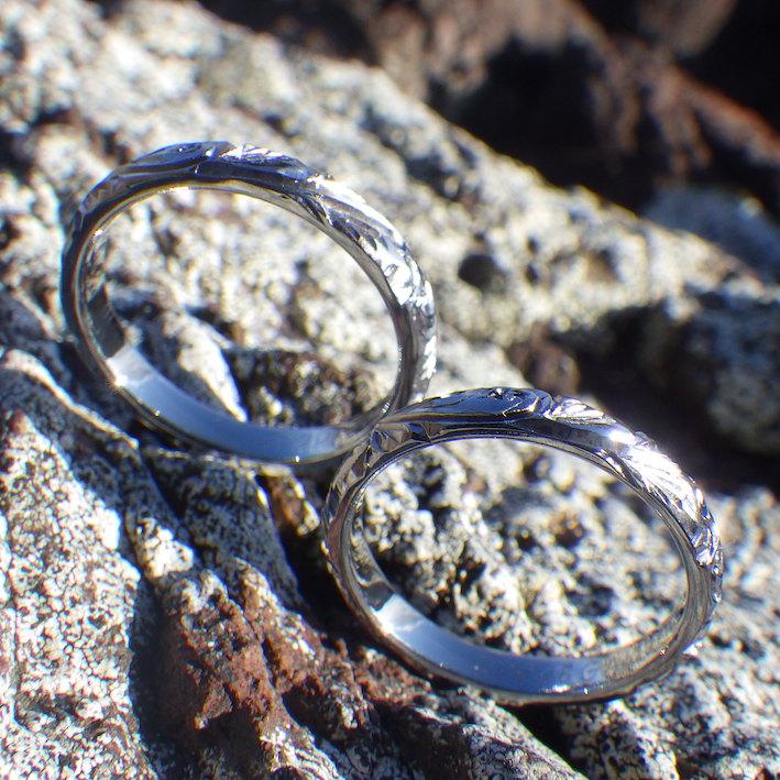 手彫りのパームツリー(椰子)とスクロール(波)の彫刻・タンタルの結婚指輪
