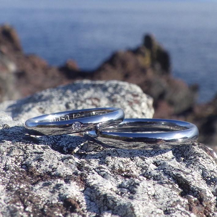 人間にとって最も心地よい形状のタンタルリングに、ダイヤモンドを彫り留め