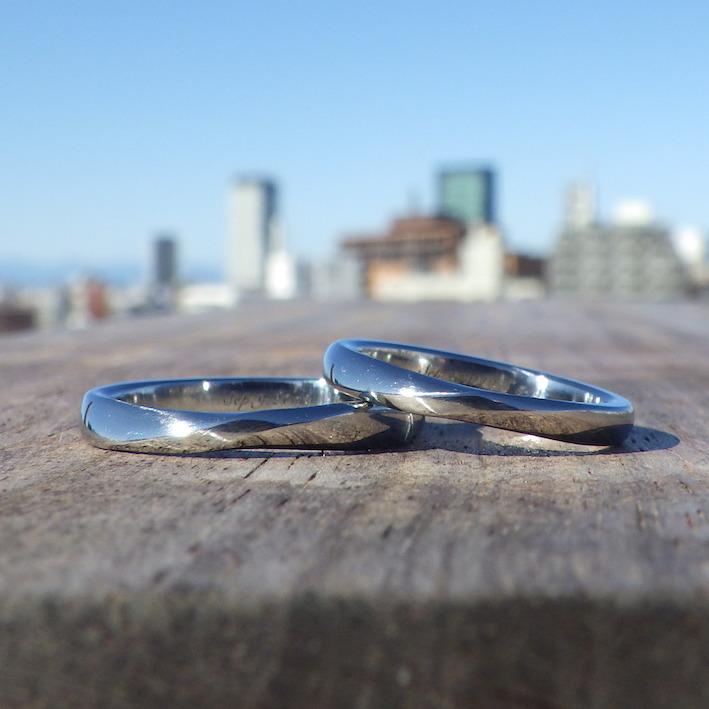 メビウスの輪のデザインと着け心地の良い丸みをハイブリッド・ハフニウムの結婚指輪