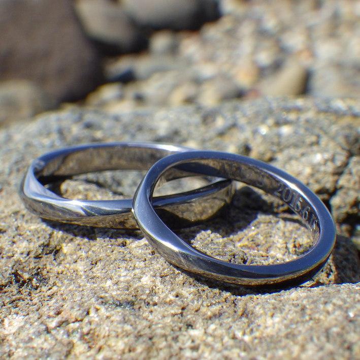 深く澄んだ黒色・タンタルのメビウスの輪の結婚指輪 Tantalum Rings