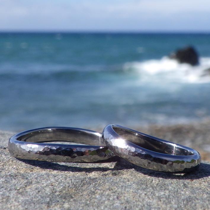 鎚目仕上げがキラキラ輝くタンタルの結婚指輪 Tantalum Rings